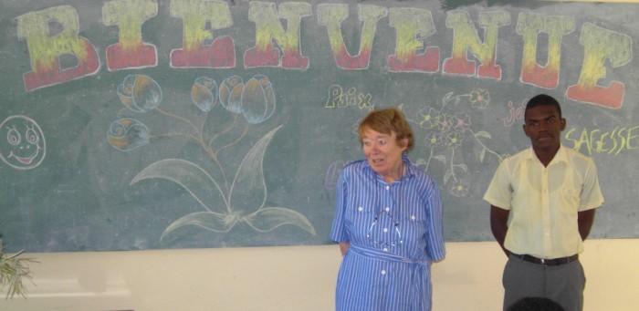 Mme Rossillon , en compagnie du délégué,  s'adresse à la classe de philo