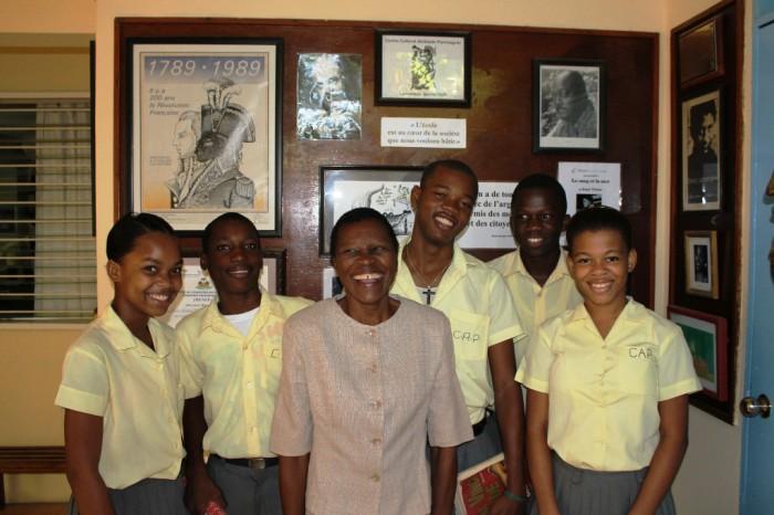 Mme Lahate et des élèves devant la direction