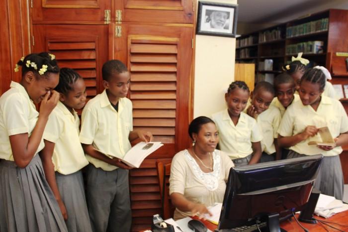 un groupe d'élèves à la bibliothèque