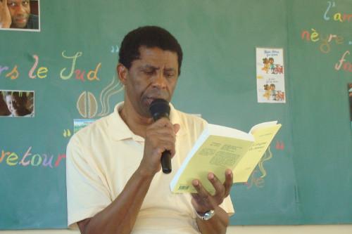 Dany Laferrière lit un passage de son livre aux élèves